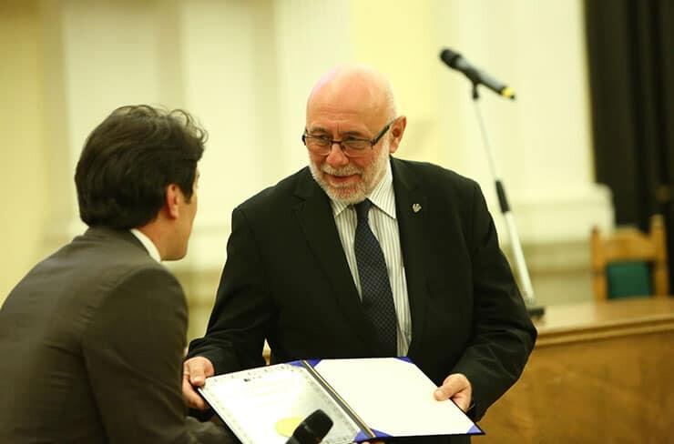 IFIAs president tilldelade IFIA Memorial Medal till rektor vid Warszawa tekniska universitet, professor Jan Szmidt