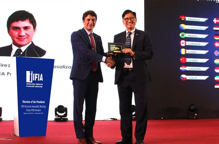 Alireza Rategar grants IFIA award to Mr. Raymond Yip- HKTDC Deputy Executive Director