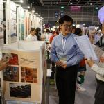 जूरी सदस्य 2018 IIDC में प्रदर्शित आविष्कारों का दौरा करते हैं
